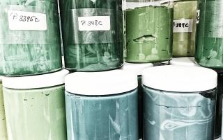 Farbe in transparenten Dosen
